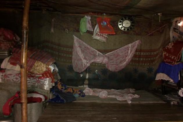 یہاں سر پر پختہ مکان کی دعا کر رہے ہیں پلاسٹک کی جھونپڑیوں میں رہنے والے روزے دار