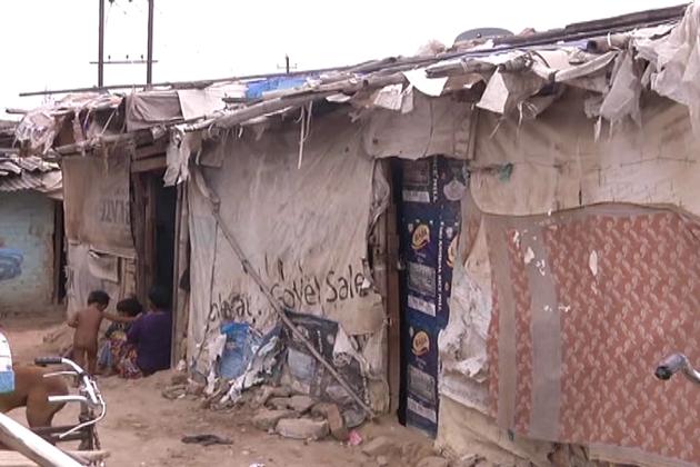پلاسٹک کی جھونپڑیوں میں آباد اس سلم علاقہ کے لوگ ماہ رمضان میں روزے اور عبادت کا پابندی کے ساتھ اہتمام کررہے ہیں۔