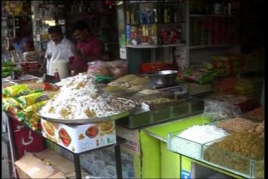 عید کے قریب آتے ہی بھوپال کے بازارو ں میں الگ ہی رونق نظر آتی ہے چاہے وہ کپڑا کی بات ہو یا دیگر اشیا  ۔ وہی ڈرائی فروٹ کی مانگ بھی رمضان کے آ خری عشرہ میں بڑھ جاتی ہے اور بھوپال کے ڈرائی  فروٹ بازار میں پاؤں رکھنے کی جگہ بھی نہیں ہوتی ہے ۔