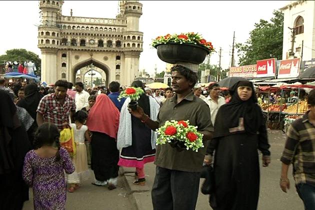 جگہ جگہ شوپنگ مالس اور آج کل آن لائن شوپنگ کی بڑھتی ہوئی مقبولیت کے باوجود پرانے شہر حیدرآباد میں چارمینار کے اطراف موجود بازاروں کی اہمیت ختم نہیں ہوئی ہے ۔