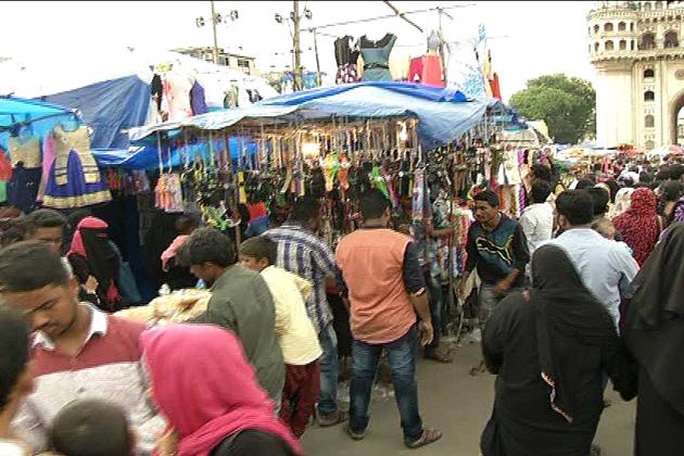 ماہ رمضان اور عیدالفطر کی مناسبت سےچارمینار سے متصلہ بازاروں کی مقبولیت کی ایک اہم وجہ عید کے موقع پر خاص طور استعمال ہونے والے روایتی ملبوسات اور ساز و سامان ہیں،  جو یہاں کثرت سے دستیاب ہوتی ہیں۔