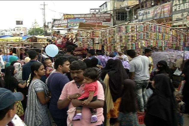 عید الفطر کی خریداری کے لئے چارمینار سے متصلہ بازاروں میں خریداروں کا ہجوم