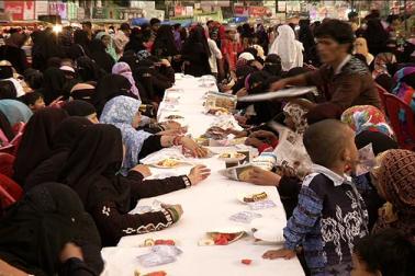 یہاں بازاروں میں مردوخواتین کے لئے نہ صرف افطار بلکہ سحری کھانے کا بھی انتظام ہوتا ہے ۔