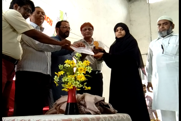 امراوتی کے شالیمار ہال میں مسلم  طلبا و طالبات کو اعزازی سند اور مومنٹو سے سرفراز کیا گیا۔
