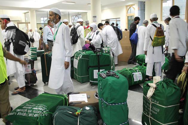 اس سے قبل حج ہاؤس سری نگر سے ائرپورٹ کی طرف روانہ ہونے والے عازمین حج کو عزیز واقارب کی ایک بڑی تعداد رخصت کرنے آئی تھی۔ سرکاری ذرائع نے بتایا کہ وادی سے امسال 8050عازمین حج بیت اللہ کے لئے روانہ ہوں گے۔
