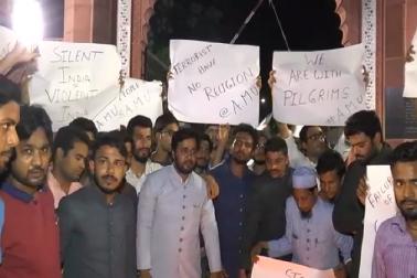 علی گڑھ مسلم یونیورسٹی کی طلبہ نے بھی کیمپس میں مولاناآزاد لائبریری سے باب سید تک کینڈل مارچ نکال کر اپنے غم وغصہ کا اظہار کرتے ہوئے حملہ کی اعلی سطحی جانچ کا مطالبہ کیا ۔