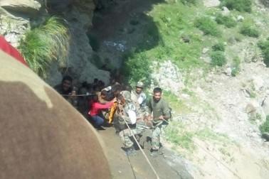 ذرائع نے بتایا کہ فوج، پولیس اور مقامی انتظامیہ نے بچاؤ آپریشن شروع کردیا ہے۔