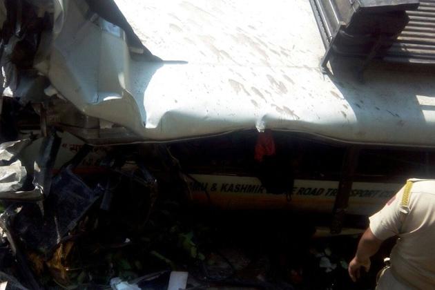 انہوں نے بتایا کہ حادثے میں زخمی ہونے والے یاتریوں کو نذدیکی اسپتال منتقل کیا جارہا ہے۔