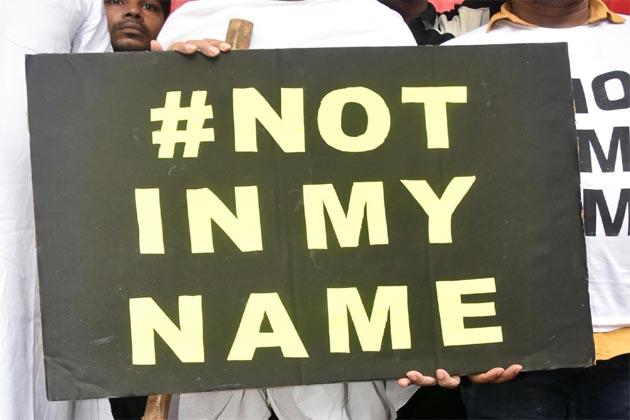جھارکھنڈ میں ناٹ ان مائی نیم کے بینر ساتھ احتجاجی مظاہرہ