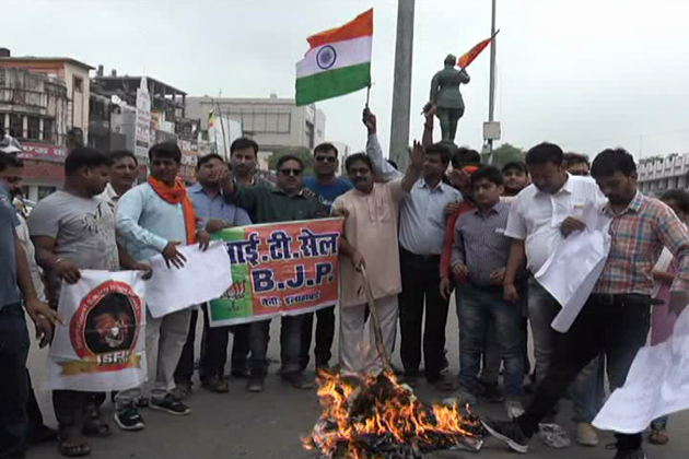 کانپور میں دہشت گردانہ حملہ کے خلاف لوگ احتجاج کرتے ہوئے ۔