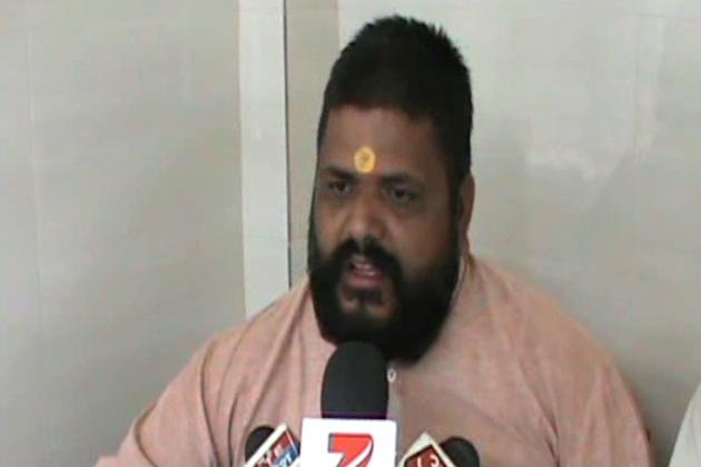 ہندو سوابھیمان نام کی اس تنظیم نے اپنی اس حرکت سے نہ صرف مسلم سماج کو بھڑکانے کی کوشش کی اور پولیس انتظامیہ کو چیلنج کیا ہے بلکہ عقیدت اور احترم میں مزاروں پر جانے والے ہندوں کو بھی دھمکی دی ہے۔
