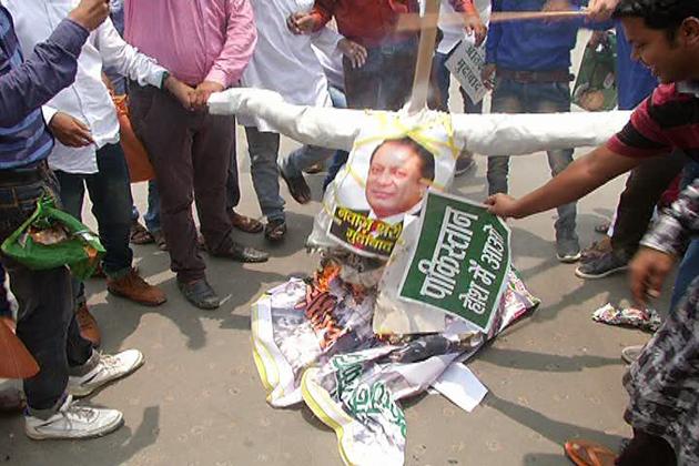 مظاہرین کا کہنا تھا کہ صرف دہشت گردی کی مذمت کرنے سے کام نہیں چلے گا ۔