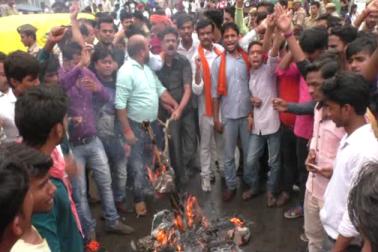 ممبرا میں مختلف تنظیموں کے لوگ امرناتھ یاتریوں پر حملہ کے خلاف احتجاج کرتے ہوئے ۔