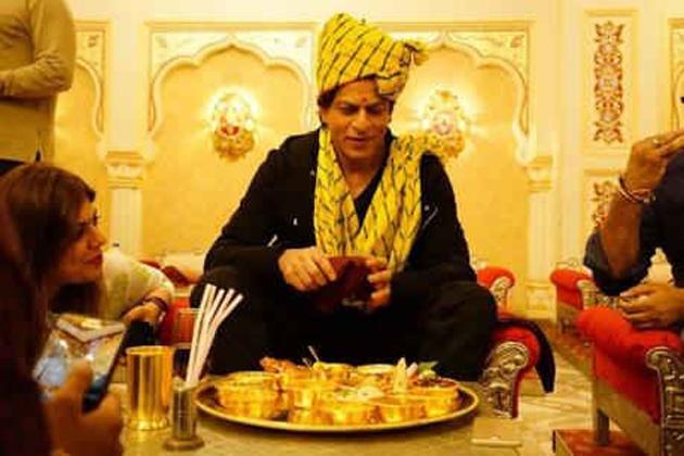 فلم اداکار شاہ رخ خان اپنی آنے والی فلم جب ہیری میٹ سیجل کی تشہیر کے سلسلے سے گلابی شہر جے پور کے دو روزہ دورے پر ہیں۔ انہوں نے ہفتہ کو شہر میں فلم کی جم کر تشہیر کی ۔ اس دوران شاہ رخ سهكار مارگ پر واقع ہوٹل وراثت پہنچے، جہاں انہوں نے مشہور ڈش دال باٹی چورما سمیت متعدد راجستھانی ڈشیںکھائیں ۔ ہوٹل پہنچنے پر شاہ رخ خان کا راجستھانی روایت کے ساتھ راجستھانی صافا پہناکر خیر مقدم کیا گیا۔