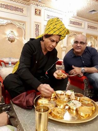 بتایا جا رہا ہے کہ راجستھان کا مشہور کھانا دال، باٹی چورما شاہ رخ کو سونے کی پلیٹ میں پیش کیا گیا ہے۔ اس کے ساتھ ہی کئی اور راجستھانی کھانے بھی پیش کئے گئے ، جو کہ 14 انواع کے تھے۔