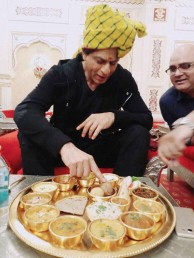 میڈیا رپورٹ کے مطابق شاہ رخ کو مہاراجہ پلیٹ میں کھانا دیا گیا تھا۔ یہ پوری پلیٹ سونے کی تھی، جس میں 14 كٹورياں اور ایک گلاس شامل تھا۔ وہیں جس بڑی پلیٹ میںکھانا رکھ کر لایاگیا تھا ، وہ چاندی کی  تھی ۔