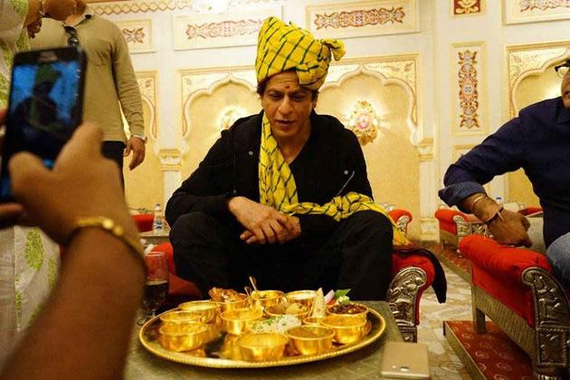 آپ کو بتا دیں کہ مہاراجہ پلیٹ کی قیمت 10 ہزار روپے ہے۔ اس میںکھانا آرڈر کرنے پر سونے کی تھالی میں کھانا دیا جاتا ہے۔ ساتھ ہی کچھ برتن چاندی کے بھی ہوتے ہیں۔
