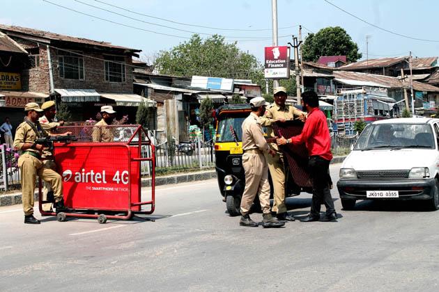 جموں وکشمیر کی گرمائی دارالحکومت سری نگر میں سیکورٹی فورسز اور ریاستی پولیس نے اتوار کے روز گاڑیوں کی تلاشی اور آٹو رکشوں کی کھڑکیاں اکھاڑنے کی مہم شروع کردی ۔ سیکورٹی فورسز نے شہر میں مختلف مقامات پر ناکے بٹھائے ہیں جہاں گاڑیوں اور ان میں سوار مسافروں اور ڈرائیوروں کی تلاشی لی جارہی ہے۔