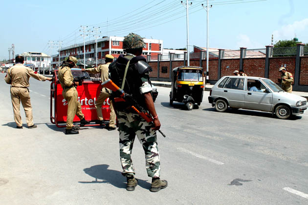 اس ناکے پر تعینات سیکورٹی فورسز اور ریاستی پولیس کے اہلکار اتوار کو جہانگیر چوک کی طرف جانے والی تمام گاڑیوں کو روک کر ان کی تلاشی لیتے ہوئے نظر آئے۔