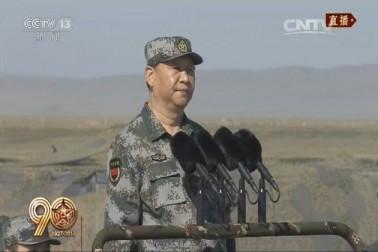چین کے صدر اور فوج کو کنٹرول کرنے والے مرکزی ملٹری کمیشن کے سربراہ شی جن پنگ نے فوجی وردی میں سلامی لی۔
