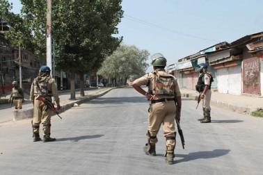 جنوبی کشمیر کے ضلع اننت ناگ سے موصولہ ایک رپورٹ کے مطابق جنوبی کشمیر کے قصبوں اور تحصیل ہیڈکوارٹروں میں مکمل ہڑتال کی وجہ سے کاروباری اور دیگر سرگرمیاں مفلوج رہیں۔ شمالی کشمیر کے قصبہ سوپور سے موصولہ ایک رپورٹ کے مطابق شمالی کشمیر کے تمام قصبوں اور دیگر تحصیل ہیڈکوارٹروں میں مکمل ہڑتال کی گئی۔ رپورٹ کے مطابق شمالی کشمیر کے تمام قصبوں اور دیگر تحصیل ہیڈکوارٹروں میں دکانیں اور تجارتی مراکز بند رہے جبکہ سڑکوں پر ٹریفک کی آمد ورفت معطل رہی۔ سوپور اور شمالی کشمیر میں پتھراؤ کے کسی بھی واقعہ سے نمٹنے کے لئے سیکورٹی فورسز کی اضافی نفری تعینات کردی گئی تھی۔ وادی کشمیر کے دوسرے حصوں بشمول وسطی کشمیر کے گاندربل اور بڈگام اضلاع سے موصولہ رپورٹوں کے مطابق اِن اضلاع میں بھی مکمل ہڑتال کی گئی۔