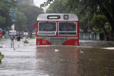 ممبئی میں گزشتہ دوروز سے جاری مسلسل بارش نے سنگین صورت حال اختیار کرلی ہے اور یہ کہنے میں کوئی عار نہیں کہ ممبئی میں امسال کے مانسون کی سب سے بھاری بارش ہے جبکہ 25جولائی 2005کو ہونے والی طوفانی بارش کے بعد ہونے والی بھاری بارش ہے جس کی وجہ سے ممبئی شہر ڈوب چکا ہے اور شہریوں کی مشکلات میں اضافہ ہوا ہے کیونکہ آمدورفت کے سبھی ذرائع بند ہوچکے ہیں۔