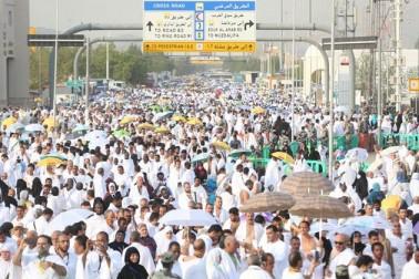 میدان عرفات میں تاحد نظر سفید چادروں میں ملبوس انسانی سروں کا سمندر دکھائی دے رہا ہے۔عازمین نماز مغرب تک اللہ کی بارگاہ میں دعائیں کریں گے۔