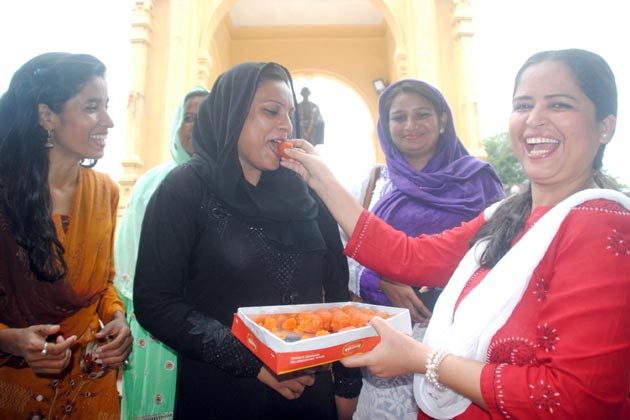 طلاق بدعت (مسلسل تین بار طلاق) پر سپریم کورٹ کے فیصلے سے خوش اترپردیش کے دارالحکومت لکھنئو میں مسلم خواتین نے جشن منایا۔ دارالحکومت میں حکمراں بی جے پی کے ریاستی ہیڈ کوارٹر کے سامنے مسلم خواتین جمع ہوئیں اور ریاست کے اقلیتی وزیر محسن رضا کے ساتھ اس فیصلہ پر جشن منایا۔
