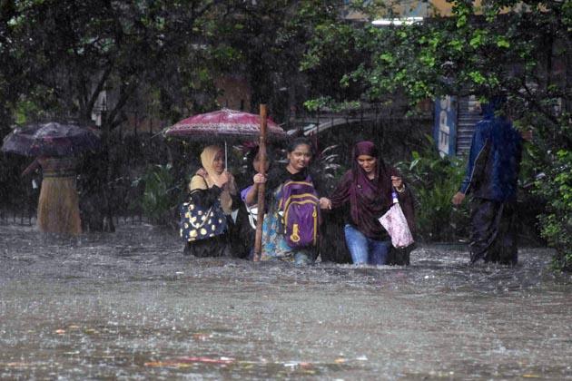 شہر میں بارش کی وجہ سے سڑکیں ندی اور دریا نظرآرہی ہیں اور پانی جمع ہونے کے سبب لاکھوں شہری ٹریفک جام میں پھنس چکے ہیں ۔
