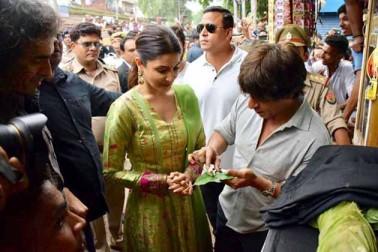 شاہ رخ خان نے بنارسی پان کا لطف اٹھانے کا موقع نہیں چھوڑا۔ اپنی فلم ڈان کی طرز پر شاہ رخ چھورا گنگا کنارے والے کی طرح پان چباتے نظر آئے۔