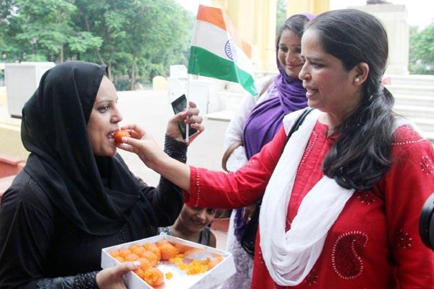 سپریم کورٹ کے فیصلے سے سرشار مسلم خواتین نے اس موقع پر ایک دوسرے کا منہ میٹھا کیا۔