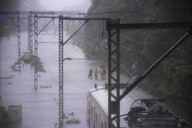 ممبئی کی شہ رگ کہی جانے والی لوکل ٹرینوں کے تینوں روڈ بند پڑچکے ہیں۔ محکمہ موسمیات کے مطابق بھاری بارش کا سلسلہ جاری رہیگا اور 24 گھنٹوں تک بارش کاسلسلہ جاری رہنے کا امکان ہے۔