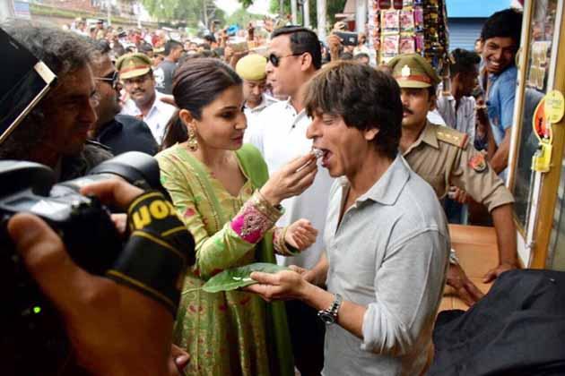 شاہ رخ کو پان خود انوشکا نے اپنے ہاتھوں سے کھلایا وہ بھی چونا لگا کر۔