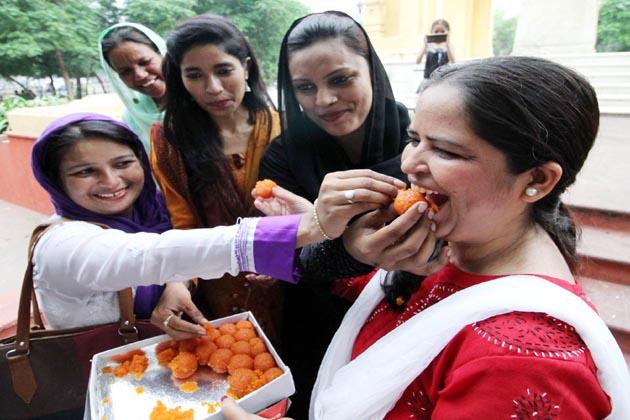 کئی خواتین نے دوسری خواتین کو پھولوں کا ہار پہنا کر جشن منایا۔