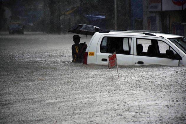 بتایا جاتا ہے کہ آج شام ممبئی میں بھاری بارش کی پیش گوئی کی گئی ہے۔سمندر میں مدوجزرہے اور 3.32 میٹر اونچی لہریں اٹھ سکتی ہیں، یہاں تک کہ لوگوں کو چوکنا رہنے کے لیے کہا گیا ہے۔