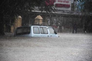 ممبئی اور تھانے میں آج صبح سے بھاری بارش ہو رہی ہے اور بارش کی وجہ سے جوگیشوری ۔ وکرولی کے درمیان شاہراہ پر جام لگا ہوا ہے۔