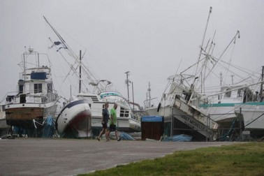 امریکی صدر ڈونلڈ ٹرمپ اور اُن کی اہلیہ ٹیکساس کے علاقے کارپس کریسٹی پہنچے تھے جہاں طوفان کے باعث سب سے پہلے بارش ہوئی۔ اب تک شہر میں 30 انچ تک بارش ہوئی ہیں جس سے سڑکیں دریاؤں کا منظر پیش کر رہی ہیں۔