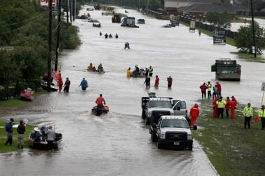 امریکہ کے صدر ڈونالڈ ٹرمپ نے گردابی طوفان ہاروی سے بری طرح متاثر ٹکساس صوبہ کا دورہ کرکے صورتحال کا جائزہ لیا ہے۔ ہاروی نے صوبہ میں زبردست تباہی مچائی ہے اور رپورٹس کے مطابق اب تک کم از کم 20 افراد ہلاک ہوگئے ہیں۔ ٹکساس کے دورے پر اپنی بیوی میلانیا ٹرمپ کے ساتھ پہنچے ٹرمپ نے کارپس کریسٹی کے پاس اپنے خطاب میں کہا کہ راحت اور بچاؤ کا کام ایسے وقت میں کیا جائے کہ لوگ مثال دیں کہ گردابی طوفان کی تباہی سے اس طرح نمٹا جاتا ہے۔ نہوں نے کہاکہ ٹکساس میں گزشتہ 50 برسوں کے دوران پہلی بار اتنا بھیانک طوفان آیا ہے۔ یہاں کے لوگوں نے پہلے ایسا کبھی نہیں دیکھا۔