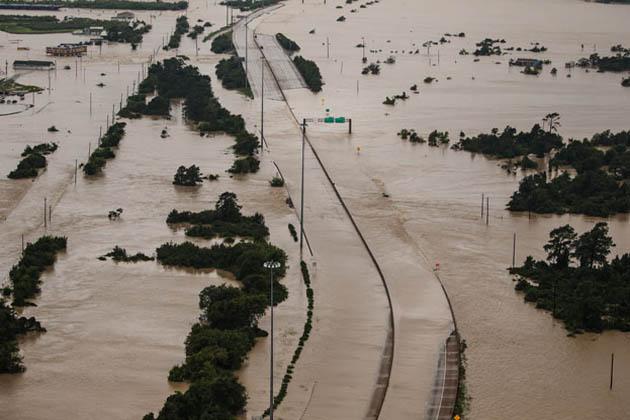 یہاں کم از کم 20 افراد کی موت ہوگئی ہے۔ سیلاب اور طوفان کے سبب معیشت کو تقریباً 50 ارب ڈالر کا نقصان ہوا ہے۔ امریکی ساحلی فورس کی فضائی یونٹ اور کشتیوں کی مدد سے چار ہزار سے زیادہ لوگوں کو بچایا گیا ہے۔