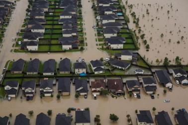 امریکہ کے چوتھے سب سے بڑے شہر ہیوسٹن میں شاہراہ، گھر اور آس پاس کے علاقے پانی میں ڈوبے ہوئے ہیں۔ راحت و بچاؤ کارکن پھنسے ہوئے لوگوں کو کشتیوں کے ذریعہ محفوظ مقامات پر پہنچا رہے ہیں۔