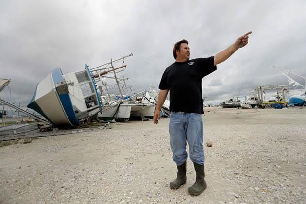 ڈیموں میں پانی کی سطح بلند ہونے کے بعد ہیوسٹن میں سیلابی ریلے کے سبب تین ہزار سے زیادہ مکانات پانی میں بہہ گئے ہیں۔ شہر کے میئر کا کہنا ہے کہ ڈیم سے پانی کے اخراج کے بعد مزید دس ہزار افراد کو ہنگامی پناہ دینے کے لیے وفاق سے مدد مانگی ہے۔