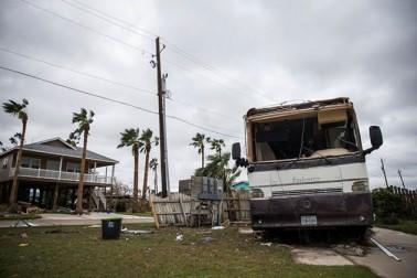 ڈونالڈ ٹرمپ نے منگل کو اپنی اہلیہ میلانیا ٹرمپ کے ساتھ ریاست ٹیکساس کا دورہ کیا اور طوفان ہاروی سے آنے والے نقصان کا جائزہ لیا۔ انھوں نے کہا کہ وہ جلد از جلد اقدامات اٹھائیں گے تاکہ ریاست ٹیکساس کو اس قدرتی آفت سے نمٹنے میں آسانی ہو۔