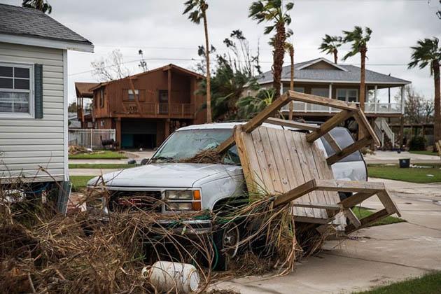 فیلڈ کنٹرول آفیسر کا کہنا ہے کہ ڈیموں سے پانی کے اخراج کے سبب قریبی آبادیوں میں سیلابی پانی میں اضافہ ہو سکتا ہے۔ ٹیکساس میں تباہ کن سیلاب سے ساڑھے چار لاکھ افراد متاثر ہوئے ہیں۔