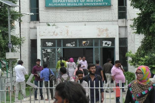 علی گڑھ مسلم یونیورسٹی اس سیشن کا آغاز نئے شیخ الجامعہ کی سرپرستی میں ہوا ہے ۔ جہاں سابقہ سیشن میں سابق وائس چانسلر جنرل ضمیرالدین شاہ تھے ، وہیں نئے سیشن سے چمن سرسید کی ذمہ داری نئے شیخ الجامعہ پروفیسر طارق منصور کے ہاتھوں میں ہے ۔