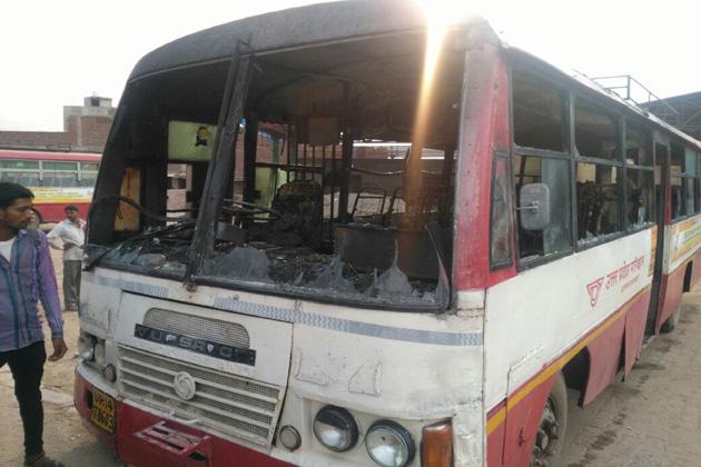 دہلی کے لونی میں بس میں آگ لگادی گئی ۔