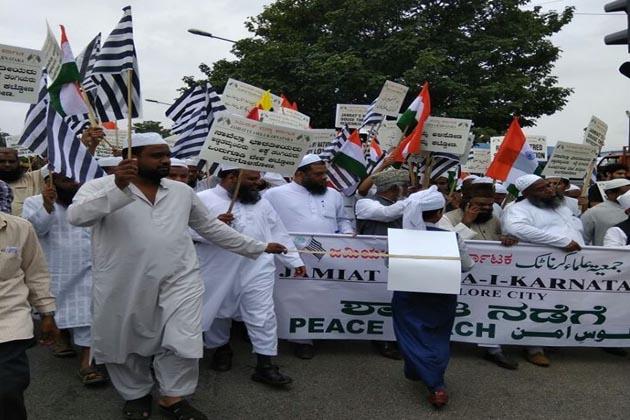 آج کا یہ امن مارچ ہم سے کہہ رہا ہے کہ ''ہاتھ میں لے کر ہاتھ چلیں، ہندو مسلم ساتھ چلیں''