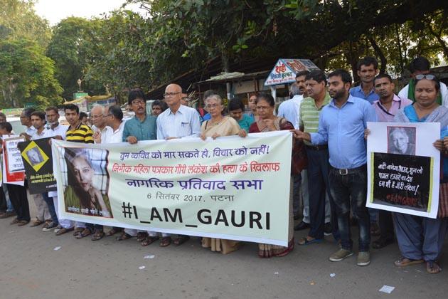سوشل میڈیا پر بھی لوگوں نے گوری کے قتل پر گہرے رنج و غم کا اظہار کرتے ہوئے فرقہ پرست طاقتوں کی سخت مذمت کی ہے۔