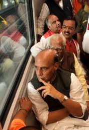 وزیر داخلہ ، گورنر اور وزیر اعلی نے اپنے کابینی رفقاء کے ساتھ میٹرو ریل کی سواری بھی کی ۔