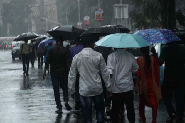 ممبئی اور اطراف کے علاقوں میں آئندہ دودنوں میں وقفہ وقفہ سے بارش ہونے کی پیش گوئی دفترموسمیات نے کی ہے ۔ممبئی کے روایتی ڈبے والوں نے بھی کام کاج بند رکھا جوکہ روزانہ دولاکھ ڈبے دفاتر پہنچانے کا کام کرتے ہیں۔ممبئی کے ساتھ ساتھ کوکن خطہ میں سندھودرگ،رتنا گیری ،رائے گڑھ اور پالگھر اضلاع سے بھی بھاری بارش ہونے کی اطلاعات موصول ہورہی ہیں۔ناسک ،کولہا پور اور پونے میں بھی تیزہواؤں کے ساتھ بارش کی خبریں ہیں۔بحرعرب میں متعدد افراد کے بہہ جانے کی اطلاع ہے ،لیکن سرکاری طورپر تصدیق نہیں ہوئی ہے۔