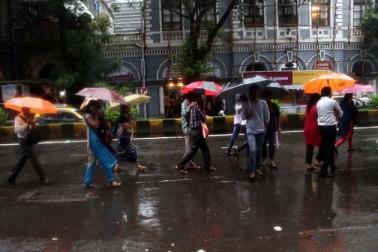 عروس البلاد ممبئی میں گزشتہ دوپہر تیزہواؤں کے ساتھ شروع ہونے والی بارش کا سلسلہ رات بھر جاری رہا اور ایک مہینے میں دوسری مرتبہ ہونے والی بھاری بارش کے نتیجے میں ممبئی کا زیادہ طرح حصہ تقریباً ڈوب گیا اور شہریوں میں طوفانی بارش کی وجہ سے خوف وہراس کا ماحول نظرآرہا ہے ۔